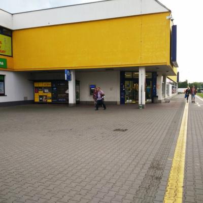 Cyklostezka před prodejnou Albert na ul. 17. listopadu